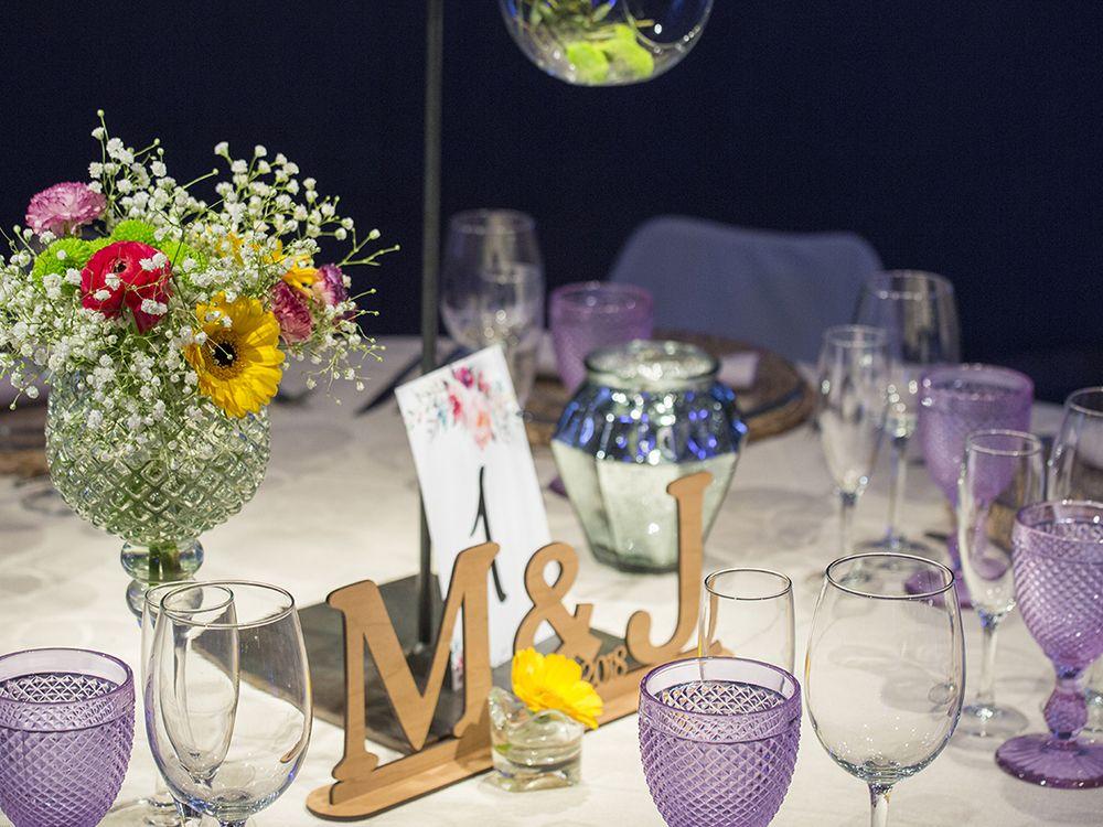 Mesa presidencial para boda con centro floral