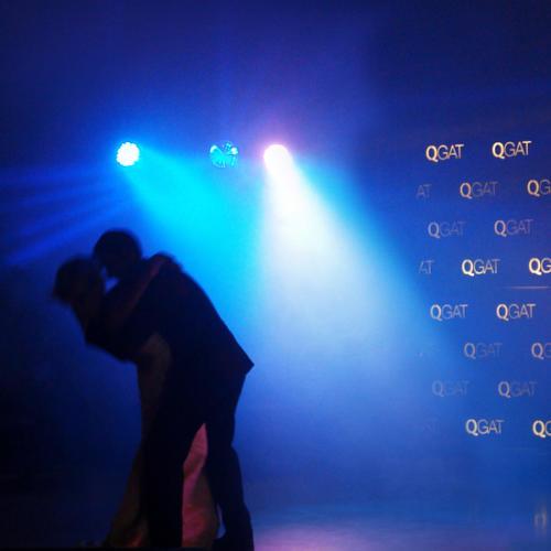 Novios bailan, luces oscuras Qgat
