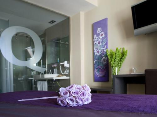 Ramo de rosas lilas en habitación de boda