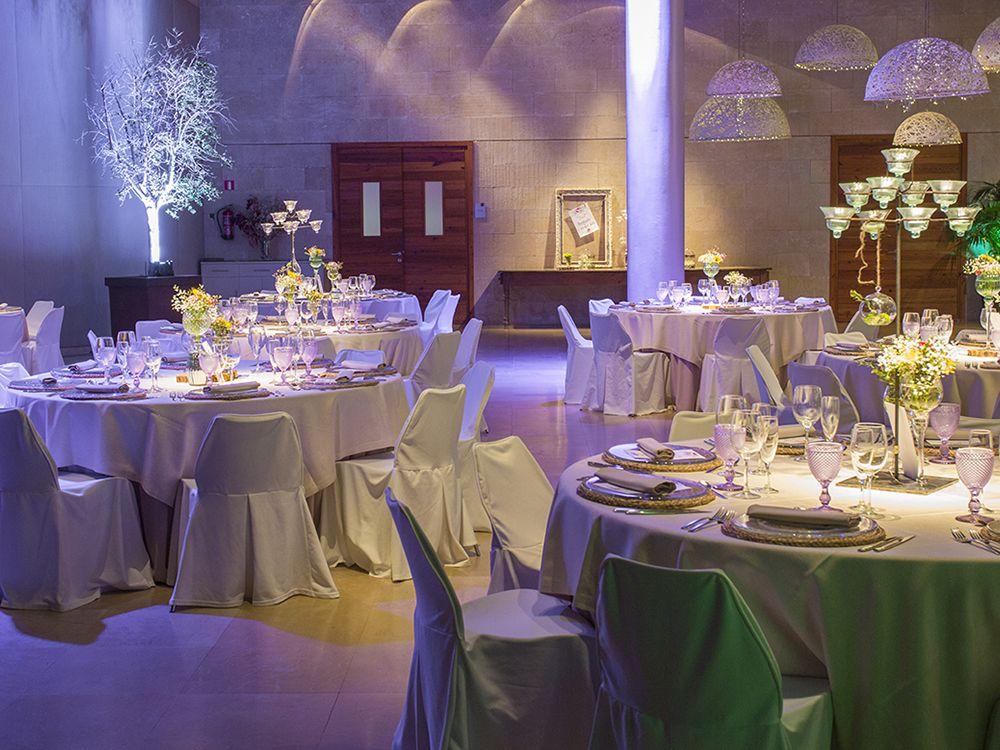 Banquete con decoración de boda
