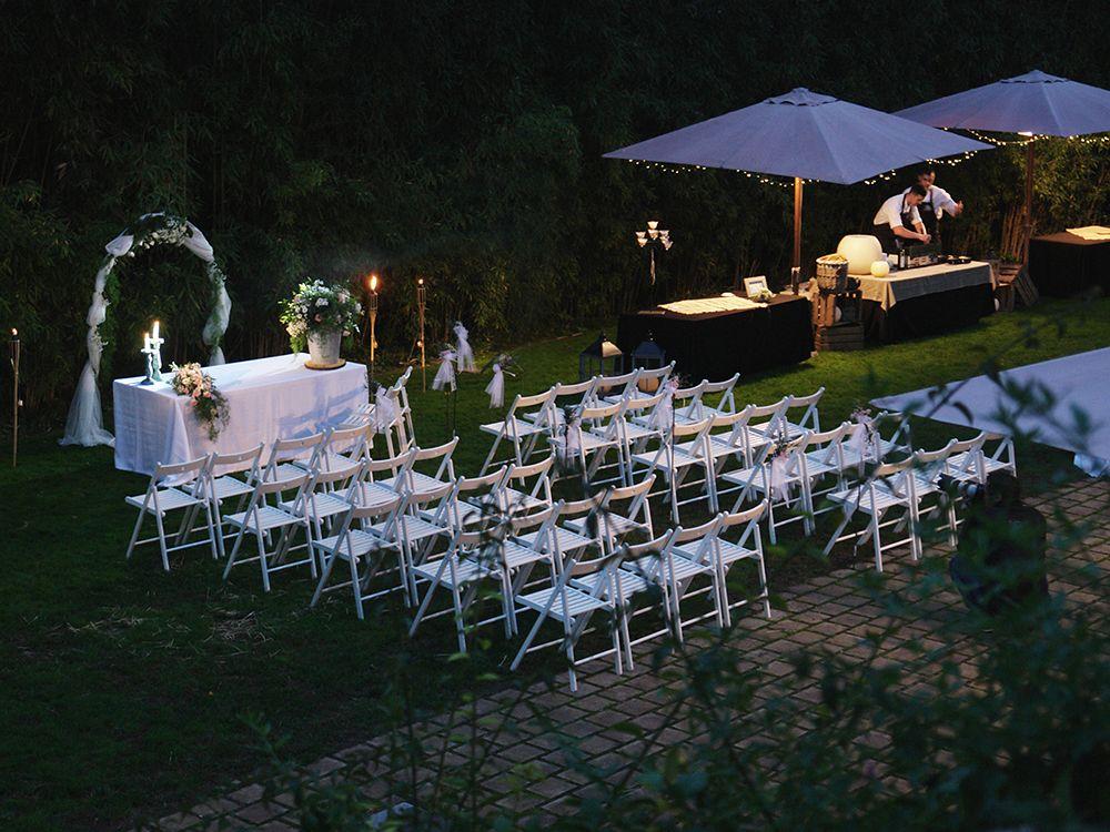 Preparativos para boda civil en el jardín