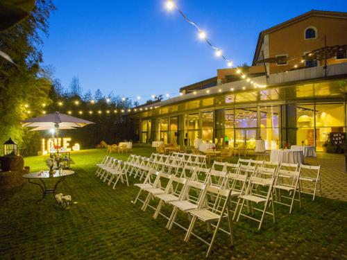 Jardin hotel con luces