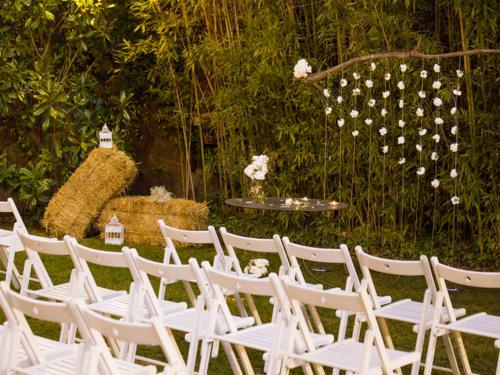 sillas y flores altar